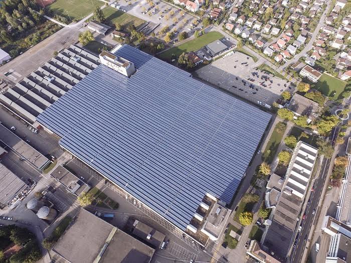 Occupant la superficie de cinq terrains de football, la plus puissante installation photovoltaïque de Suisse à Zuchwil vient d'être mise en service. La Division Engineering d'Implenia a été responsable de sa conception générale. (Source: © SPS)