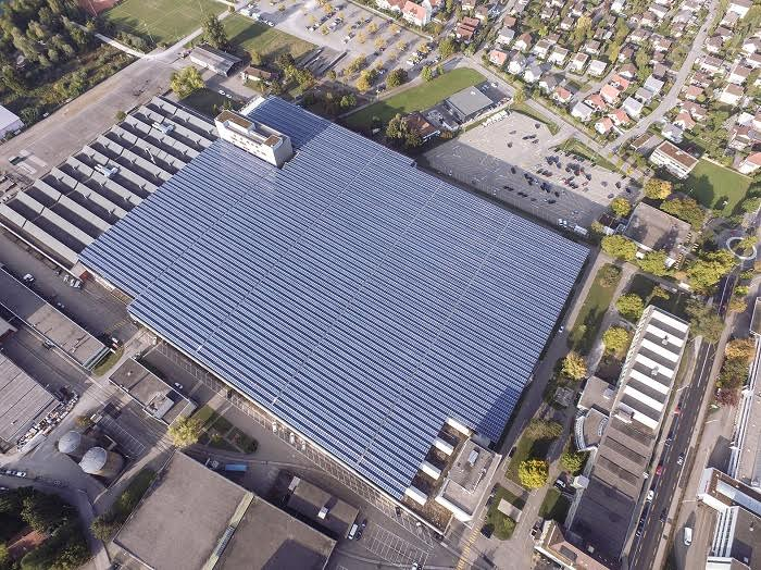 Fünf Fussballfelder gross: Die frisch in Betrieb genommene leistungsstärkste Photovoltaikanlage der Schweiz in Zuchwil, für die der Implenia-Bereich Engineering als Generalplanerin verantwortlich zeichnete. (Quelle: © SPS)